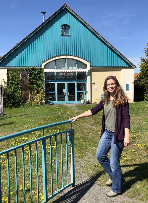 Susan Jancke vor der Glashütte Annenwalde