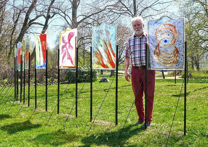Werner Kothe mit seinen Glastafeln bei der Landesgartenschau Wittstock