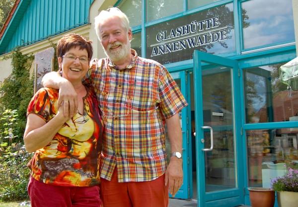 Christa und Werner Kothe vor ihrer Glashütte